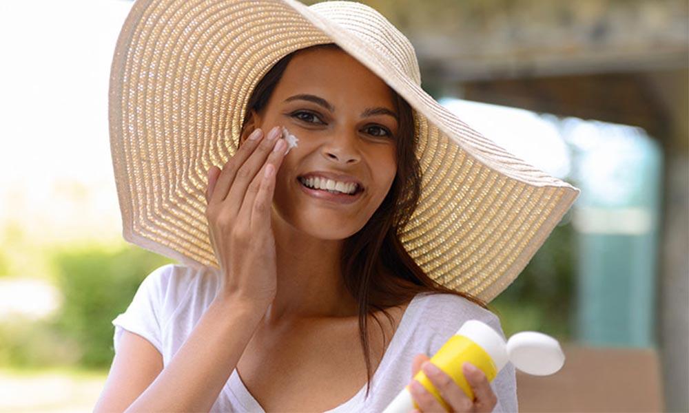 ضدآفتاب مناسب پوست، رنگی بزنیم یا بی رنگ؟
